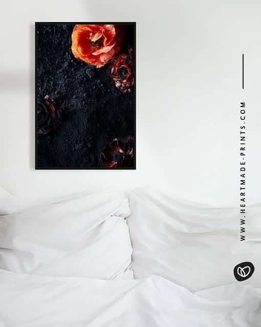 Bild für das Schlafzimmer mit orangenen Blumen und Blüten auf schwarzem Puder aus dem HEARTMADE Shop