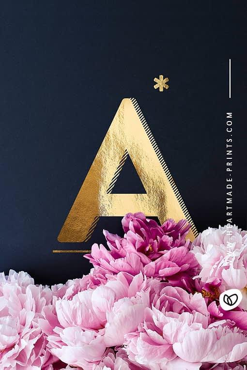 Goldenes A mit rosa Pfingstrosen