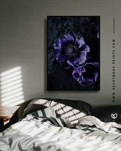 Gerahmtes Wandbild mit lila Blüten auf schwarzem Puder an Schlafzimmerwand über dem Bett - moderne Poster und Prints aus dem HEARTMADE Shop