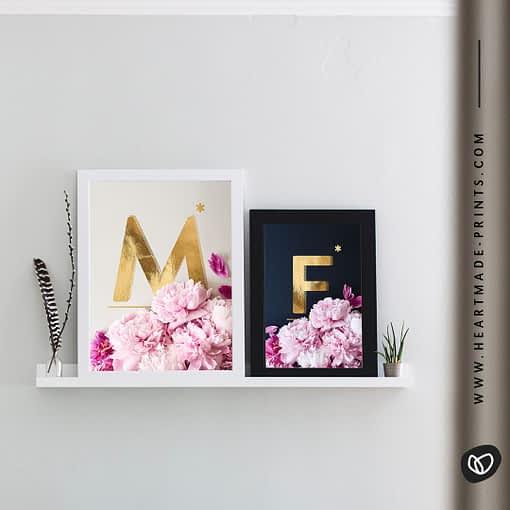 Namensposter für Partner oder Familien mit den Anfangsbuchstaben als Goldalphabet in Kombi mit wunderschönen Pfingstrosen aus dem HEARTMADE Shop